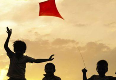 """I bambini dell'istituto """"Italo Calvino""""  in piazza con gli aquiloni come segno di pace e dialogo"""