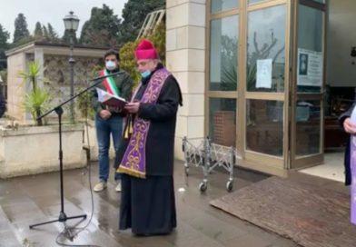 """Il Coronavirus """"abolisce"""" i funerali: Vescovo e Sindaco in preghiera per tutti i defunti"""