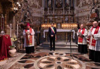 L'Arcivescovo in preghiera con il Velo di Sant'Agata affida la città di Catania alla  Santa Patrona