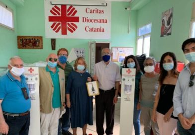 Lions e Leo Club Catania Gioeni donano colonnine con dispenser per l'Help Center