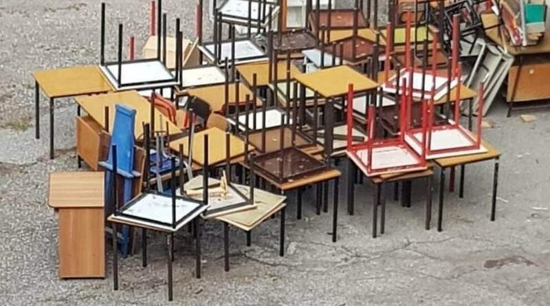 Scuole, banchi vecchi in discarica: «potrebbero essere utili per associazioni e parrocchie»