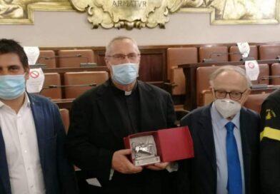 """""""Chimera d'Argento 2020"""", don Antonio De Maria premiato per la solidarietà durante il lockdown"""