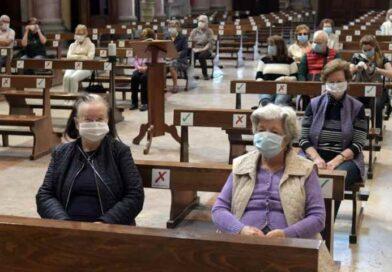 A Messa si torna a scambiarsi la pace: dal 14 febbraio si farà con uno sguardo e un inchino