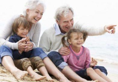 Giornata mondiale dei Nonni, il Papa: «C'è bisogno di fare festa, nonni e nipoti insieme»